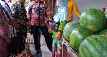 Bupati Kunjungi Pedagang Sekitar Taman Pasirian Untuk Menyerap Aspirasi