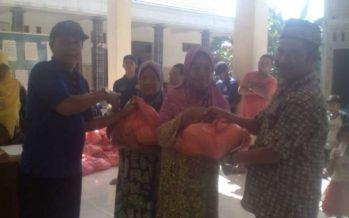 Sembako gratis untuk warga miskin.