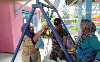 Babinsa Desa Brangga Koramil 0820/09 Lumbang, bantu kegiatan Pos Yandu