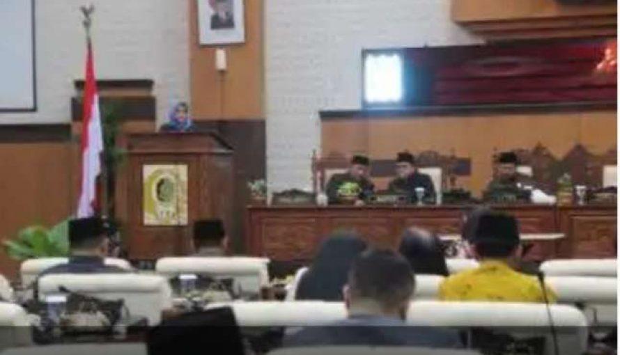 DPRD Banyuwangi Menetapkan Raperda Pertanggung Jawaban Pelaksanaan APBD Tahun 2018 Menjadi Perda.