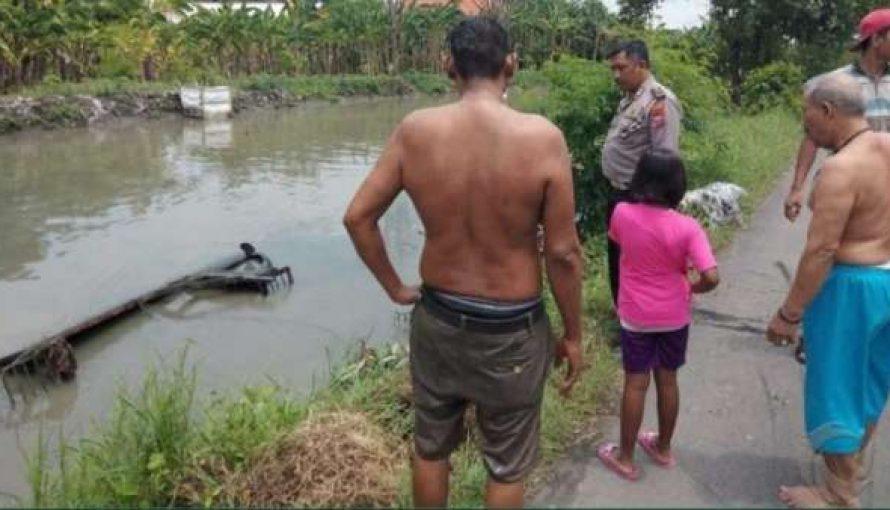 Asyik Ngobrol Lewat Telp. Pickup Masuk Sungai Di Ploso Wonoayu Sidoarjo.