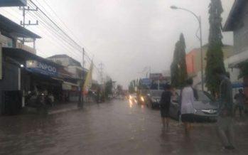 Jalan Raya Jajag Macet Akibat Luapan Air Hujan Dari Selokan