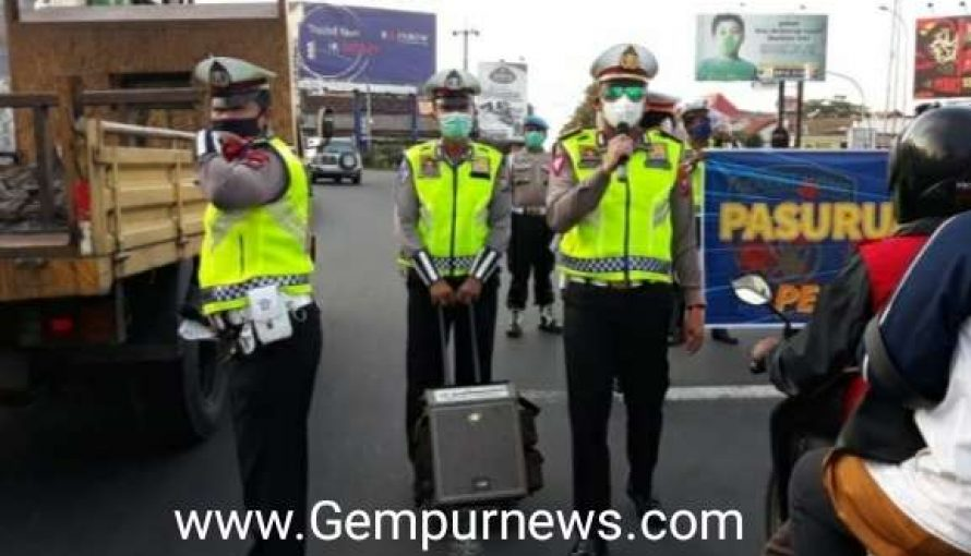 Satlantas Polres Pasuruan,  Fokus Antisipasi penyebaran Corona Di Simpang Empat Taman Dayu