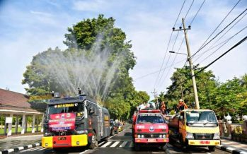 Tiga Pilar Lumajang Kerahkan Damkar dan Water Canon Semprotkan Disinfektan