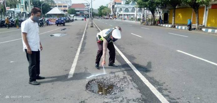 Kasatlantas Survey Jalan Berlubang di Jalanan Kota Pasuruan